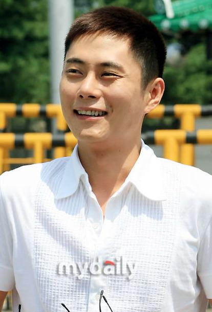组图:韩国歌手李基灿入伍将在部队企业工作