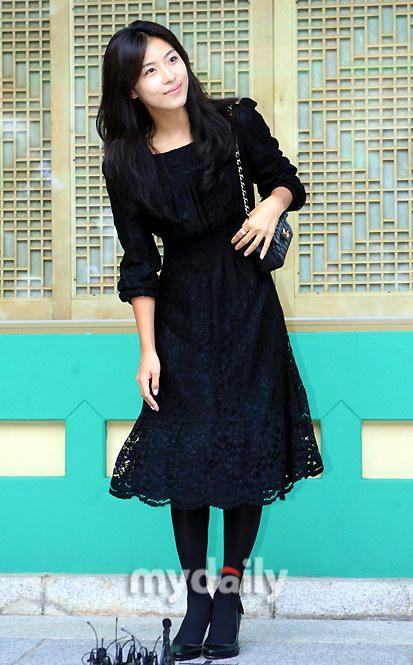 图文:女星河智苑黑衣亮相甜美可人