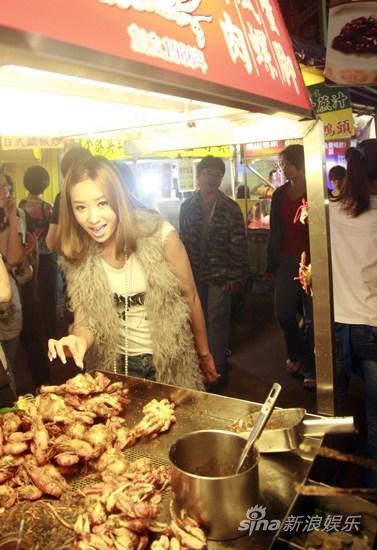Sara台湾街头尝美食称卤肉饭是工作动力(组图)