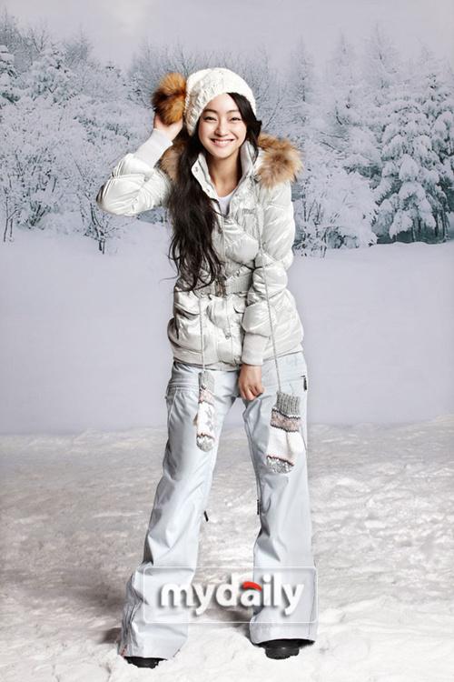 的韩国女演员徐孝琳日前为韩国某服装品牌拍摄一组广告写真,以其可爱