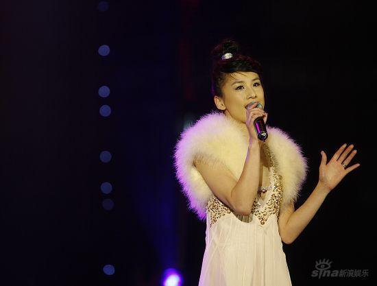 黄圣依当选BQ年度人气红人上演变装秀倾情献唱