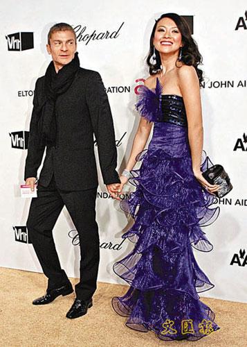 章子怡穿华丽紫色晚装与男友亮相慈善晚会(图)