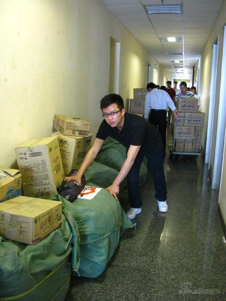 邓超亲送价值12万棉衣着素服当搬运志愿者(图)