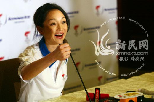 周迅上海传奥运圣火火炬将捐红十字会募善款