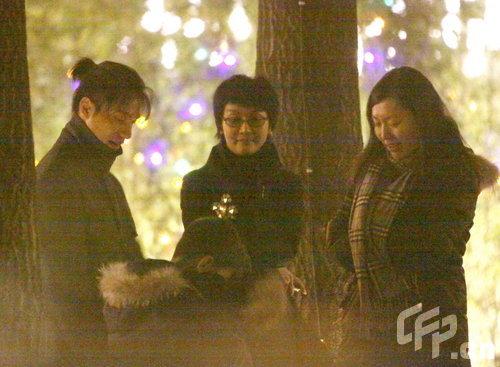陈坤与家人共庆生日笑容满面抱儿子看烟花(图)