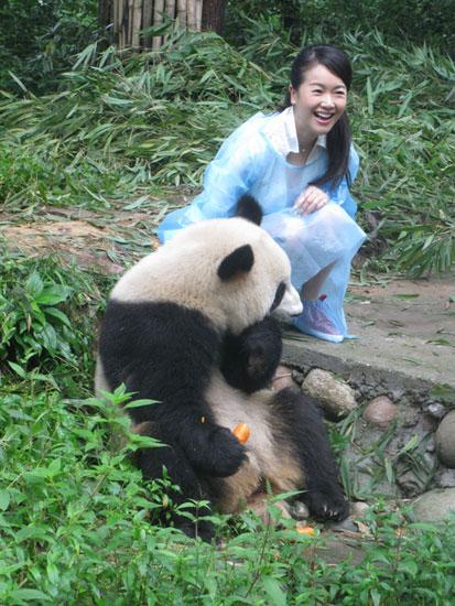 """参加了""""第二届中国·雅安熊猫·动物与自然电影周""""的认养大熊猫活动."""