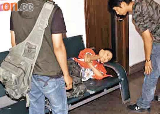 贡米撞摄像机摇臂受伤入院双手按胸泪不停(图)