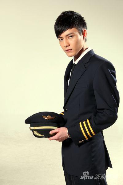 冯铭潮新单曲化身飞行员 制服写真帅气有型