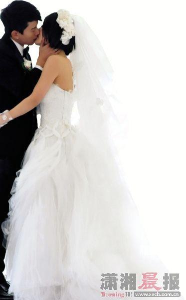 婚礼现场,张杰激动拥吻新娘谢娜。