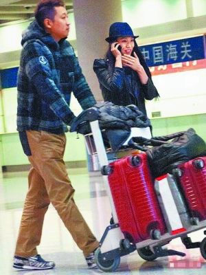 吴辰君和准夫婿现身北京机场,之后吴辰君在微博上贴沙滩浪漫晚餐的照片。