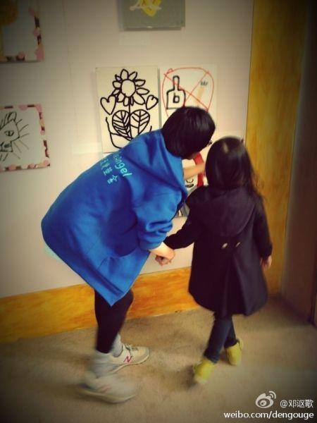李嫣在工作人员陪伴下看自己的画展