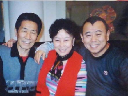 潘长江微博晒与父母旧照