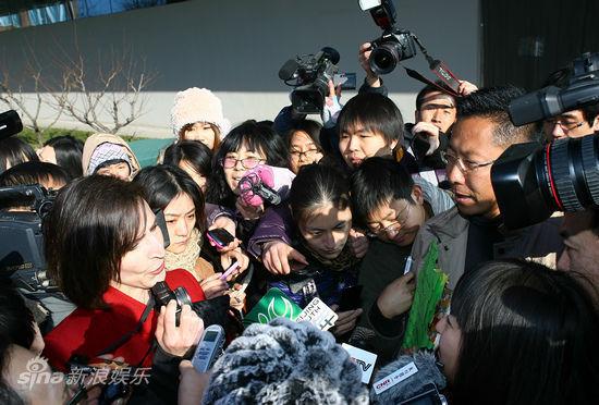 2011年12月15日李阳离婚案开庭,两人在庭外争执