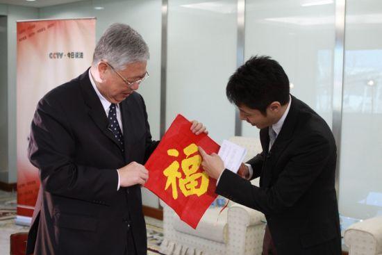民政部部长李立国收到了河北肥乡幸福院老人送来的福字绣。