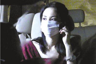 王菲昨日凌晨抵京,车内的她眼眶通红。图片来源:新浪娱乐