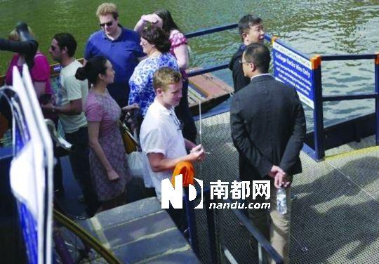 网友曝李亚鹏(右)在王菲生日时与一神秘女子(左)同游英伦。
