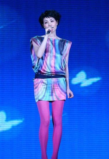 王菲曾在春晚上演唱《传奇》