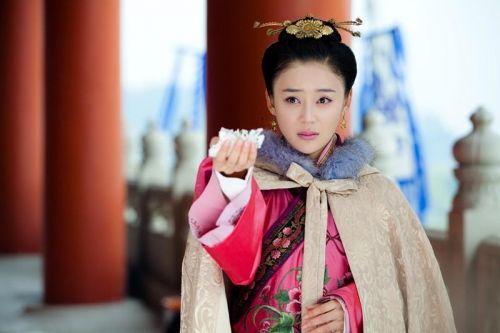 不同于以往单纯可爱的小白兔形象,在《王的女人》中袁姗姗饰演的于