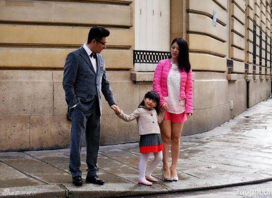 """近日,李湘夫妇带女儿王诗龄(Angela)赴巴黎时装周看秀,引发了""""过度消费孩子""""的质疑。"""