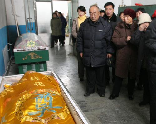图文:赵本山回乡办父亲丧礼--亲友告别遗体
