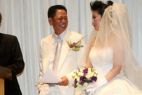 王志文大婚新娘陈坚红雪白婚纱优雅大方(组图)
