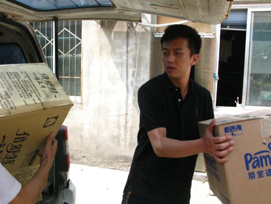 邓超当志愿者送物资认真接听需求热线(组图)