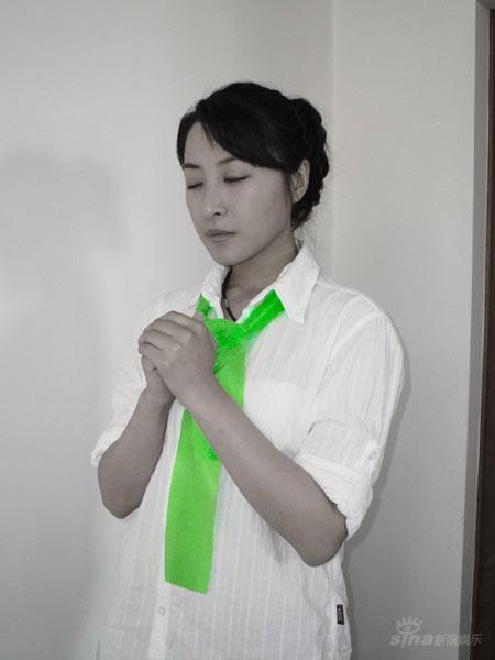 组图:王雅捷系绿丝带为灾区祈福深情献唱