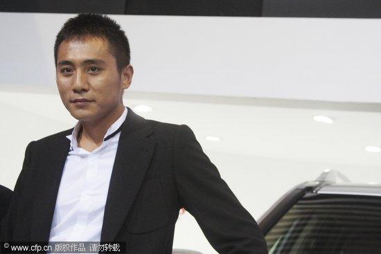 组图:刘烨婚后首度亮相着黑色西装帅气代言