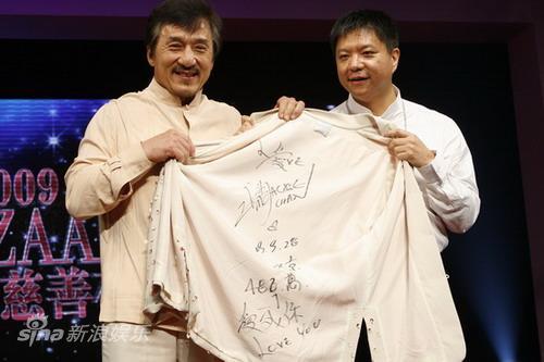 组图:成龙现场拍卖贴身内衫与拍卖者亲密合影