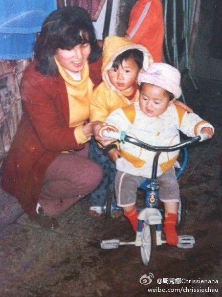 周秀娜骑自行车晒童年照