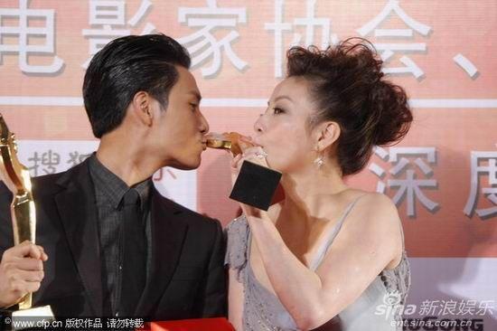 2010年第19届金鸡百花电影节上,影帝陈坤与影后赵薇同亲奖杯