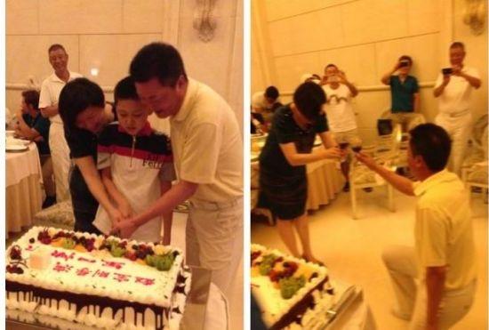 赵宝刚与妻子、儿子一起庆祝自己生日