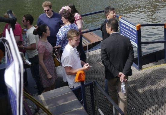 有网民于8月14日拍到李亚鹏与巨胸女子现身英国剑桥