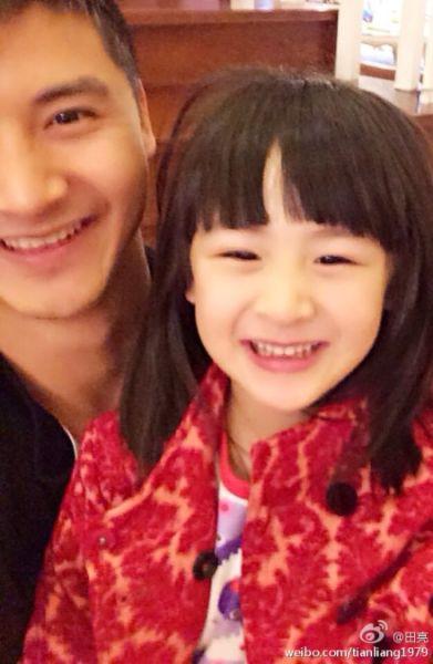 田亮和女儿合影