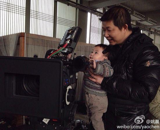 曹郁和儿子在摄影机前摆弄