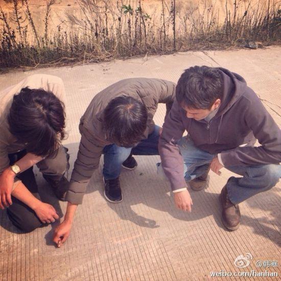 韩寒在剧组指导工作,陈柏霖、冯绍峰蹲在一旁领会导演精神。