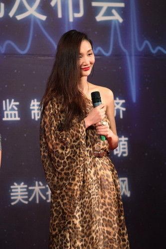 牛萌萌在电影《爱的频率》发布会上承认了与张默的恋情