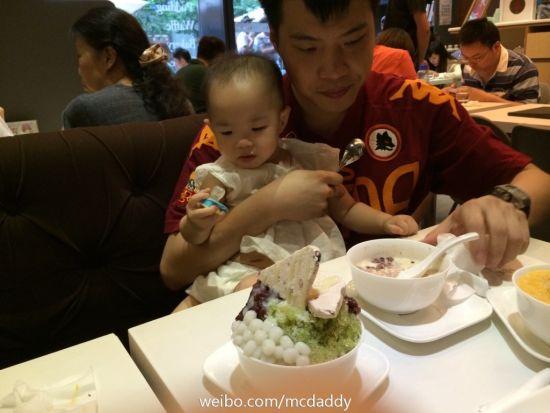 黄奕老公父亲节带女儿享大餐