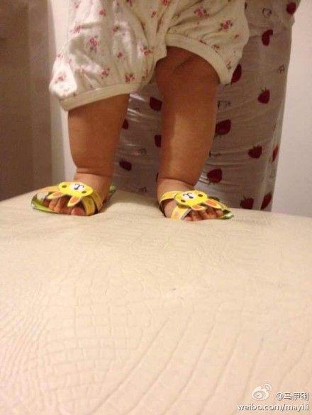妹妹穿上姐姐做的鞋