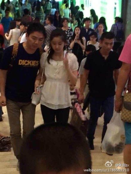 奶茶妹妹与刘强东亲密逛街