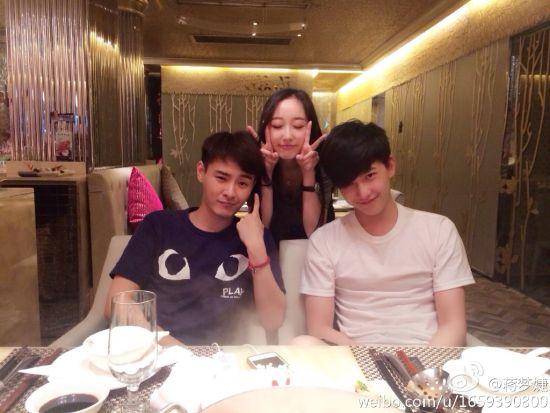 杨洋帅气白T恤