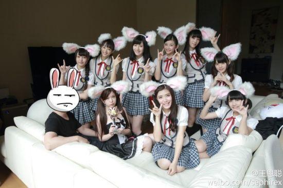 王思聪(左)与SNH48合照
