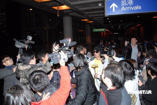 图文:谢霆锋阿娇抵港--众媒体蜂拥而至