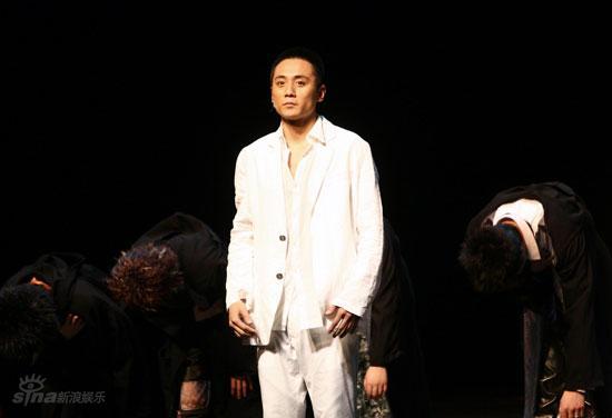 图文:刘烨而立之年庆生--刘烨认真表演话剧