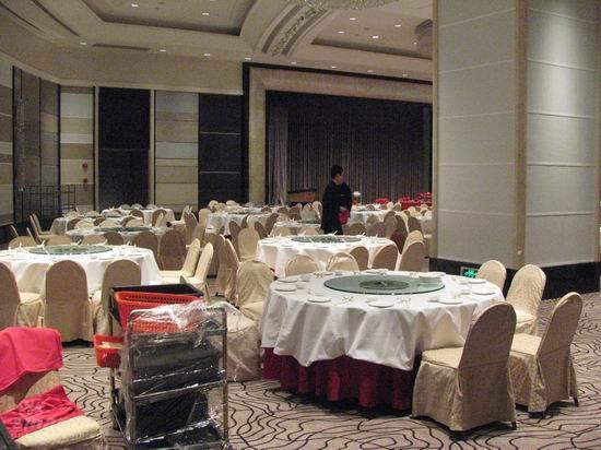 图文:王志文明日办婚礼--会场工作人员忙碌