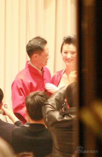 图文:王志文婚宴大宴亲友-王志文深情凝视太太