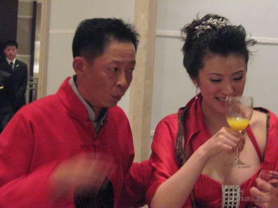 图文:王志文婚宴大宴亲友-新娘笑饮果汁