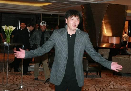 图文:王志文婚宴大宴亲友--孙楠在酒店大堂