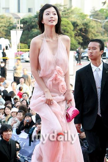 图文:韩艺瑟粉色礼服清丽腰间点缀纱质花朵