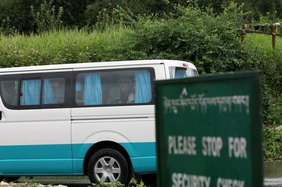 图文:婚礼嘉宾抵达不丹--明星均有专车接送